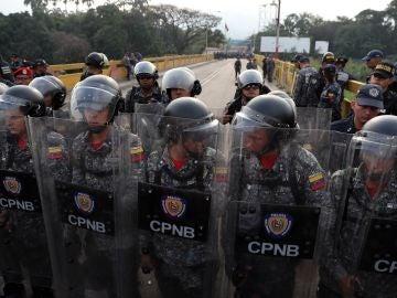 Agentes venezolanos bloquean el paso sobre el Puente Simón Bolívar