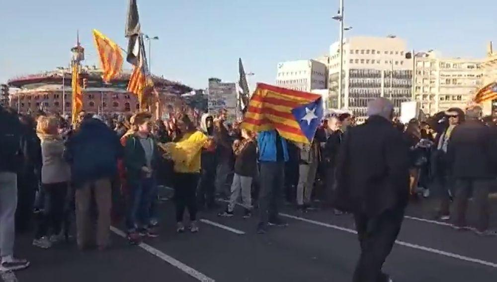 Un millar de personas protesta contra el Rey frente al pabellón donde se inaugurará el MWC