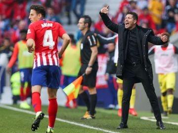 Simeone da instrucciones a sus jugadores en la banda del Metropolitano