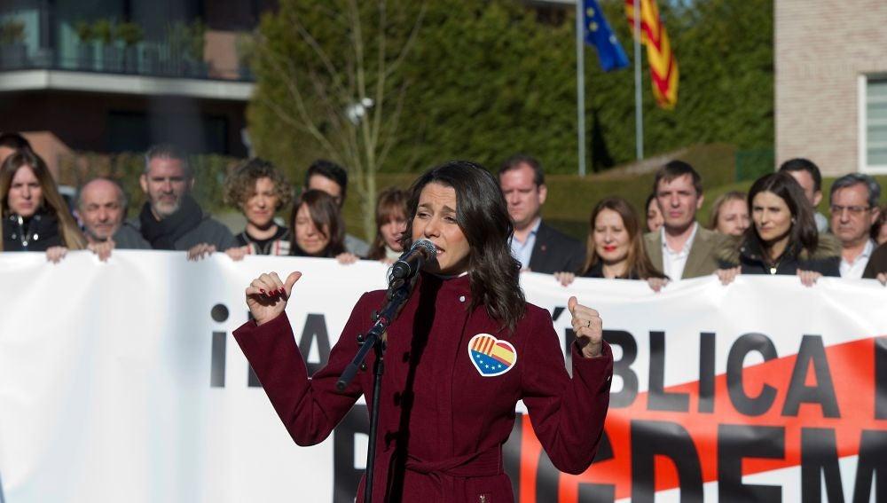Inés Arrimadas frente a la residencia de Carles Puigdemont en Waterloo