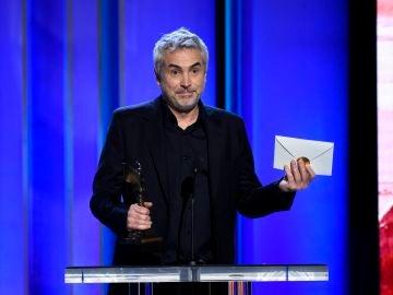 Alfonso Cuarón recogiendo el premio Spirit por 'Roma'