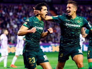 Los jugadores del Betis, Aissa Mandi y Zouhair Feddal, celebran un gol ante el Valladolid