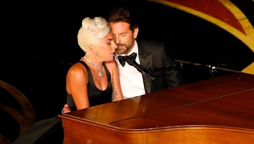 Lady Gaga y Bradley Cooper actuando en los Oscar 2019
