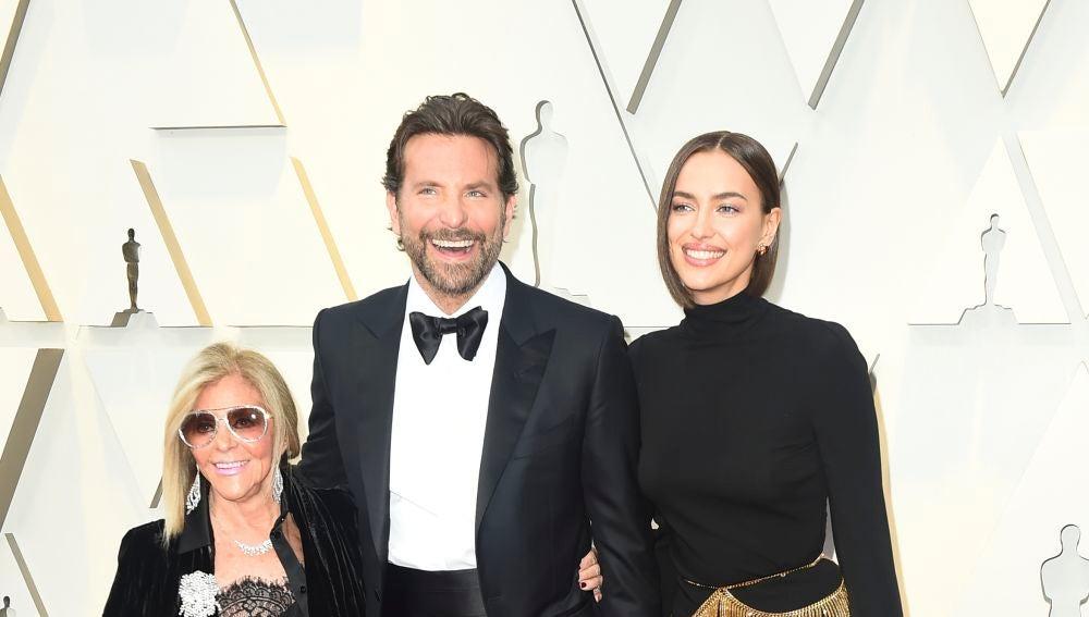 Bradley Cooper e Irina Shayk, junto a la madre del actor Gloria Campano
