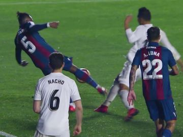 La polémica jugada del penalti pitado sobre Casemiro