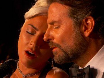 Lady Gaga y Bradley Cooper actuando en los Oscar