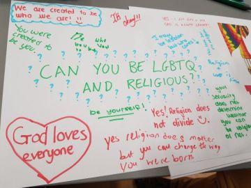 Mural de unos niños sobre la religión y la sexualidad