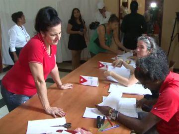 Cuba vota una nueva Constitución con reformas pero sin renunciar al comunismo