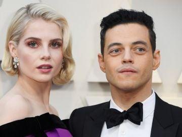 Lucy Boynton y Rami Malek posan en la alfombra de los Oscar 2019