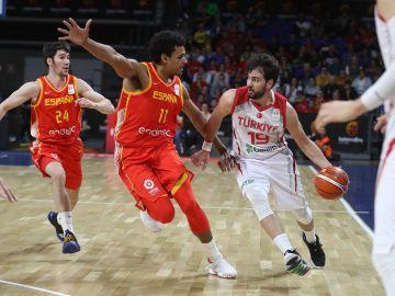 Sebas Saiz presiona al rival en el España vs Turquía