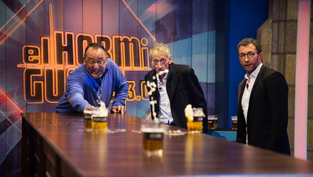 Duelo de puntería con cervezas entre Jean Reno, Enrique San Francisco y Pablo Motos en 'El Hormiguero 3.0'