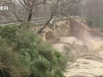 Las precipitaciones derrumban un puente emblemático en la isla griega de Creta