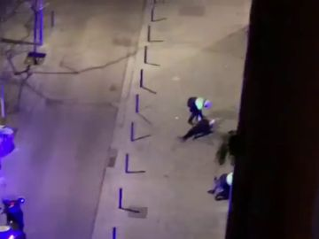 Espectacular pelea a palos en el Raval de Barcelona