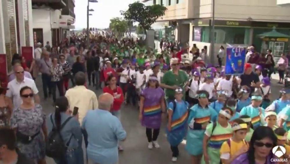 Más de 500 niños celebran el Carnaval con tambor y batucada