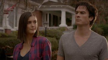 Nina Dobrev e Ian Somerhalder como Damon y Elena