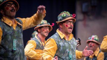 """La chirigota """"Los morosos"""" durante la semifinal del Concurso Oficial de Agrupaciones Carnavalescas (COAC)"""