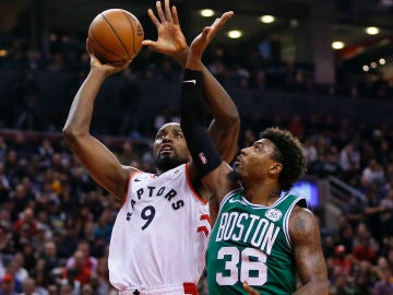 Ibaka intenta tirar ante la defensa de Marcus Smart