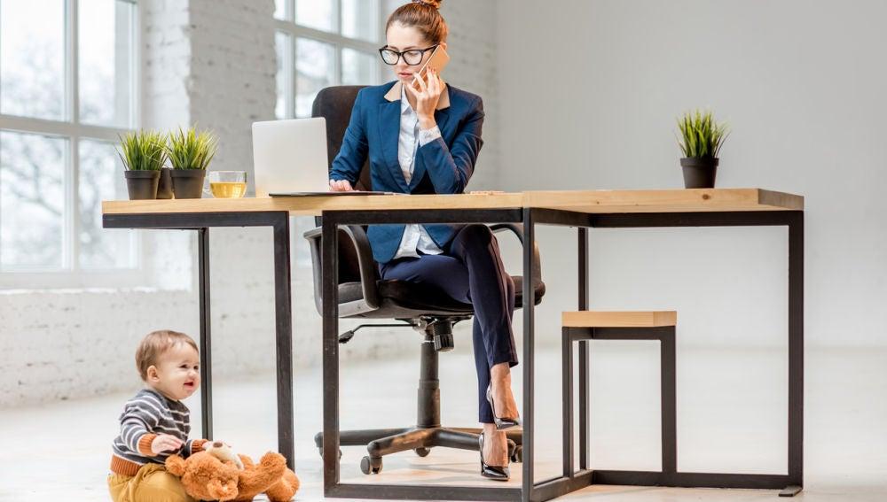Mujer con niño en la oficina