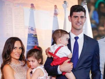 Courtois junto a Marta Domínguez y sus dos hijos