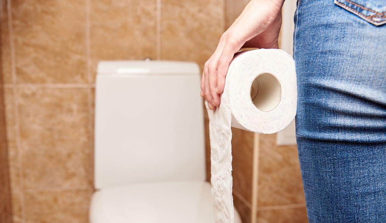 Chica en el aseo con papel higiénico
