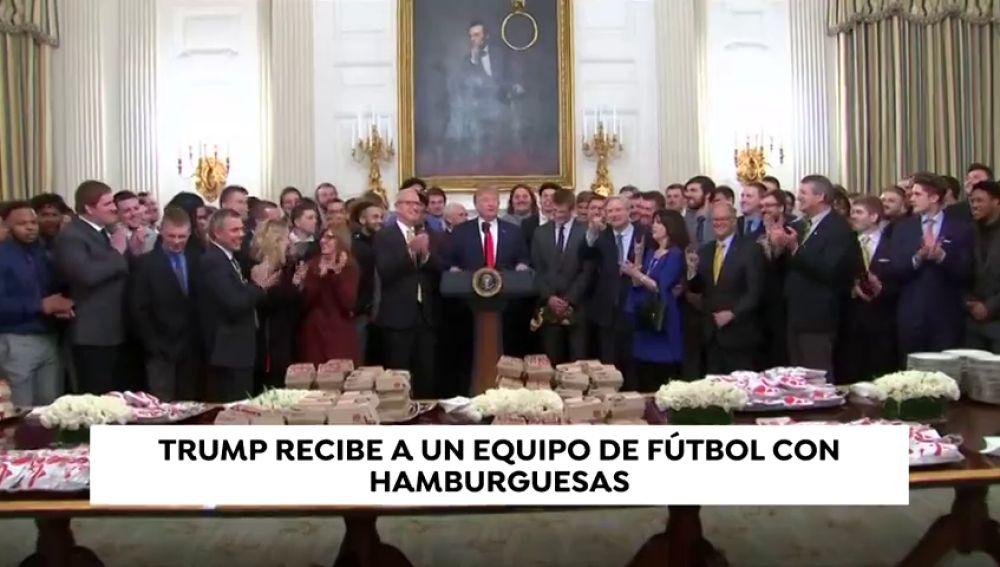 Trump recibe con hamburguesas a un equipo de fútbol
