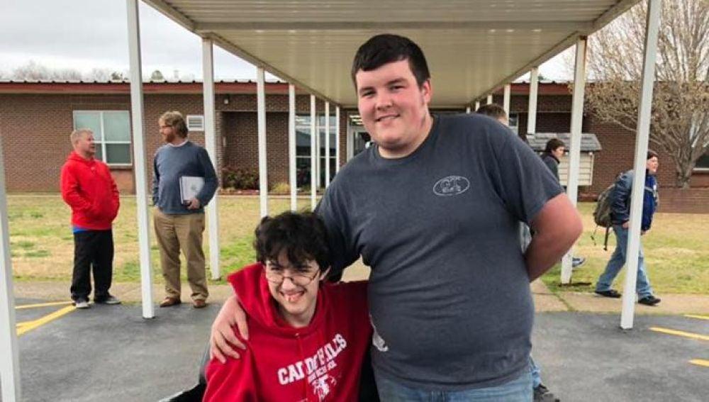 Un chico ahorra dos años para regalarle una silla de ruedas a un amigo