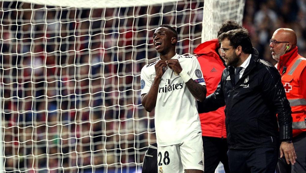 Vinicius se retira llorando del campo en el duelo ante el Ajax