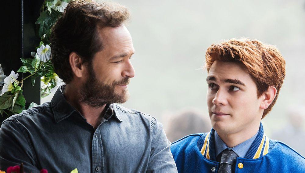 Luke Perry y JK Apa como Archie y Fred Andres en 'Riverdale'