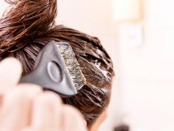 Mujer tiñéndose el pelo