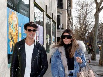 Daniel Illescas y Laura Matamoros por las calles de Madrid