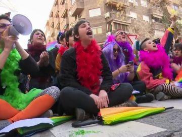 Feministas y Hazte Oír coinciden en la sede de Vox
