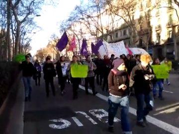 Diversos cortes de tráfico en Barcelona durante la huelga por el Día Internacional de la Mujer