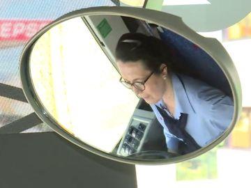 Irene, conductora de autobús, cuenta su reto en un mundo de hombres