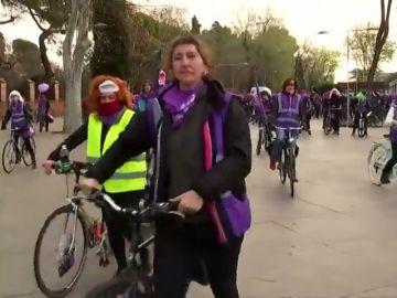 Cientos de mujeres, en bicicleta por la huelga feminista del Día Internacional de la Mujer