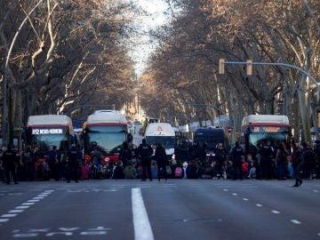 Un grupo de mujeres bloque la Gran Vía de Barcelona