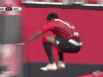 ¡Casi no lo cuenta! Un jugador salta una valla celebrando un gol y sufre una aparatosa caída