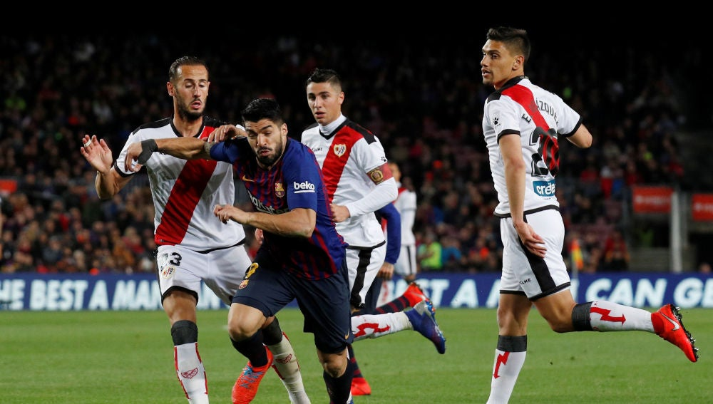 Suárez intenta avanzar ante la defensa del Rayo Vallecano