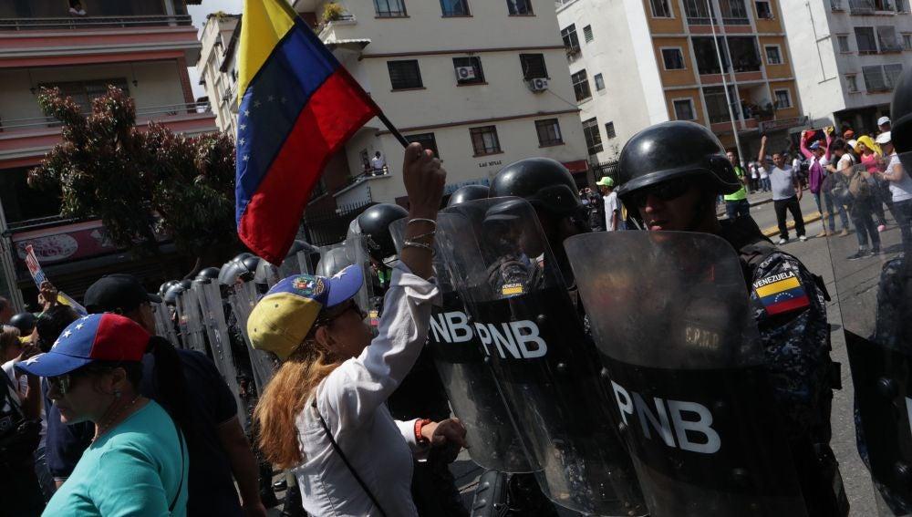 La Policía venezolana y antichavistas se enfrentan en las calles de Caracas