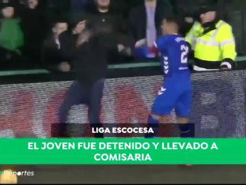 Lo nunca visto: un aficionado 'roba' el balón a un jugador cuando iba a sacar de banda
