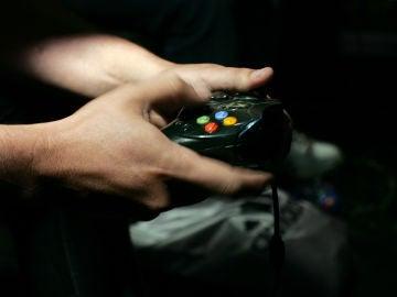 Adolescente jugando a un videojuego