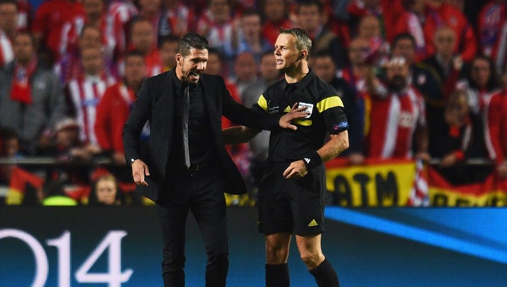 Simeone dialoga con Kuipers durante la final de la Champions de 2014