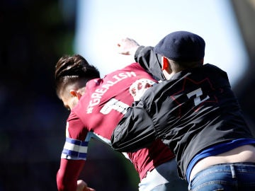Momento de la agresión de un hooligan a Grealish, del Aston Villa
