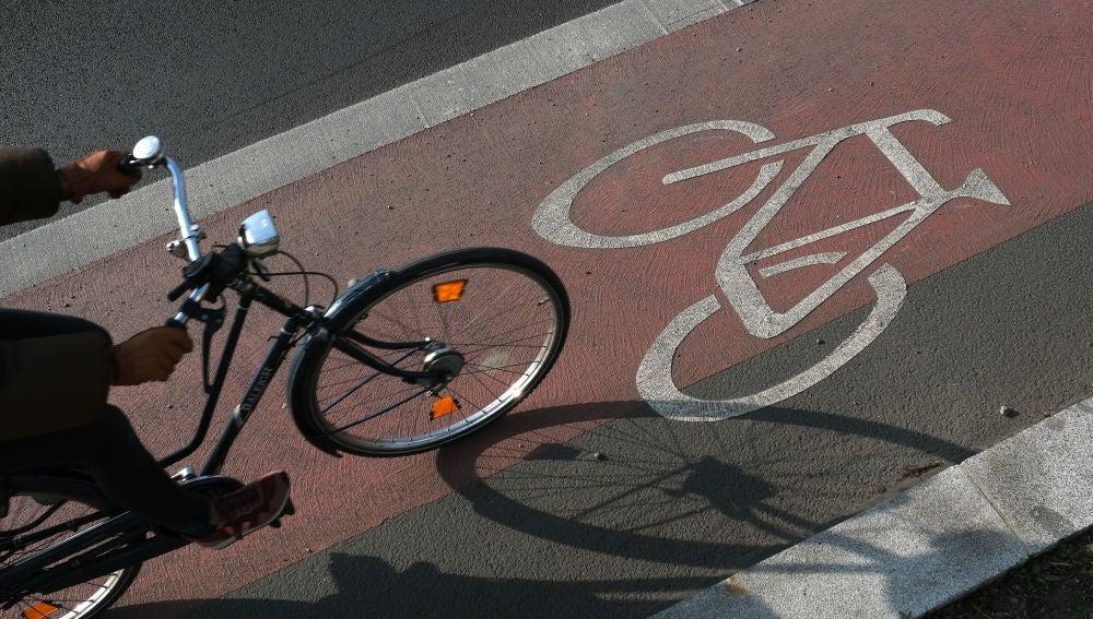 Una bicicleta circula por el carril bici