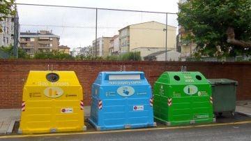 Contenedores de residuos urbanos: envases, papel y cartón y vidrio.