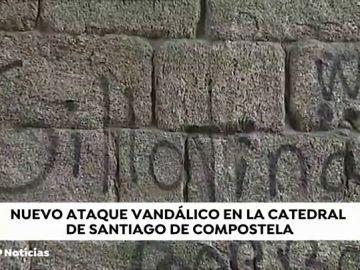 Aparecen pintadas contra la Familia Real, la iglesia y Vox en la Catedral de Santiago