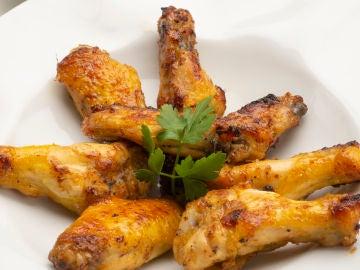 Alitas de pollo con ensalada