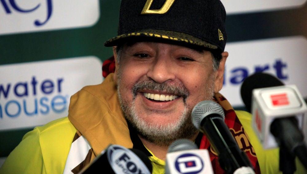Maradona sonríe en una rueda de prensa