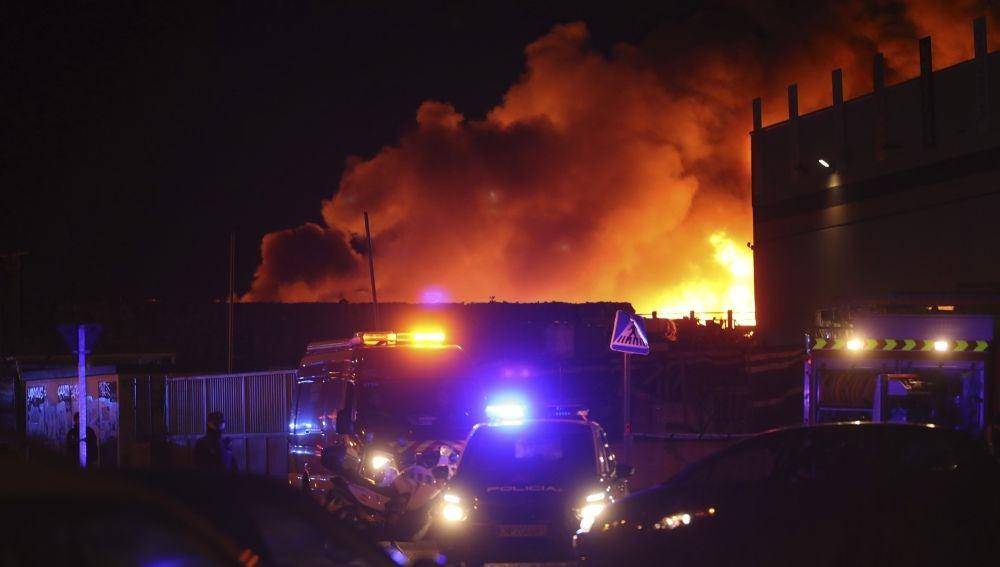 Un incendio arrasa una nave de reciclaje en Alcorcón
