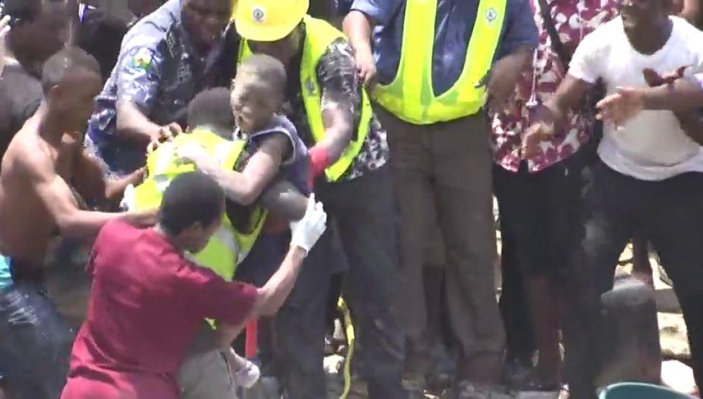 Más de 100 niños atrapados al venirse abajo una escuela en Nigeria