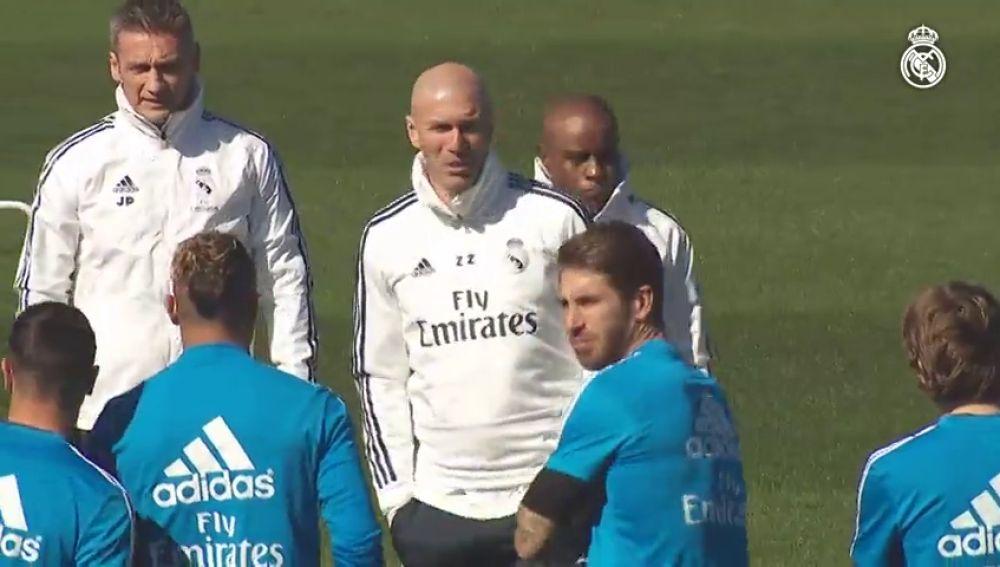 Zidane charla con los jugadores y dirige su primer entrenamiento tras su  vuelta al Real Madrid f8a126f3faf47